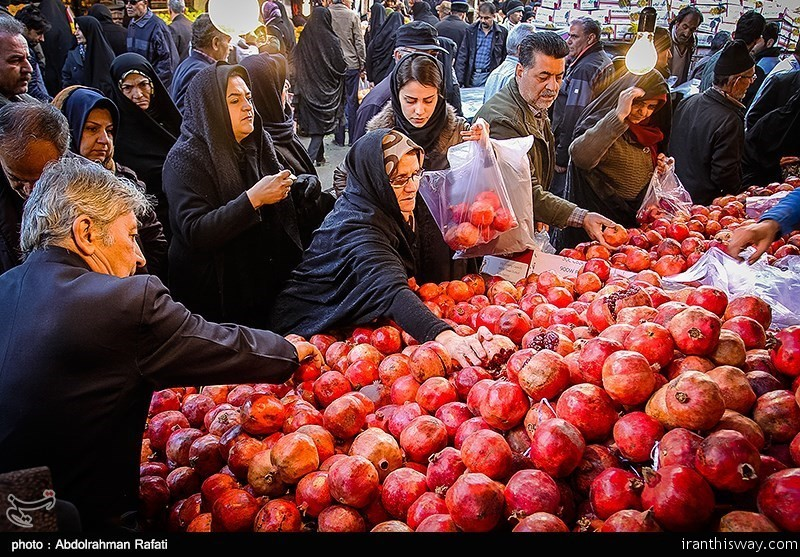 Photo: Iranian preparing for Yalda Night